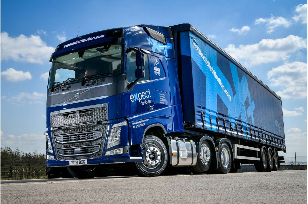 Volvo FH500 in blue with trailer